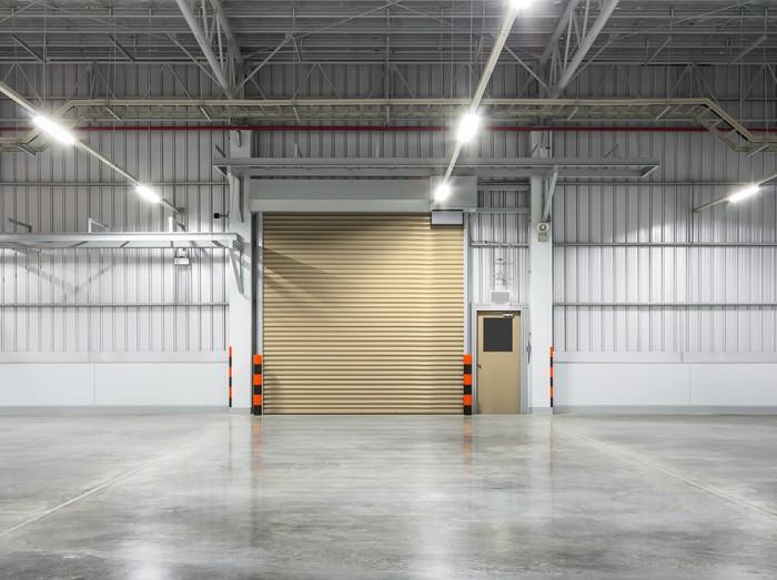 倉庫のコンクリート床とシャッターの塗り替え